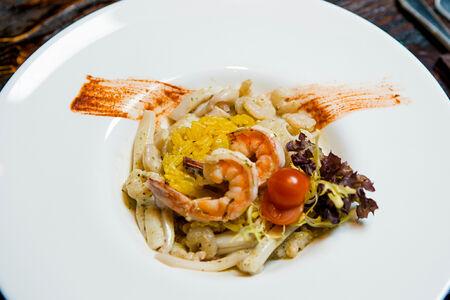 Морепродукты в сливках и песто с рисом шафран