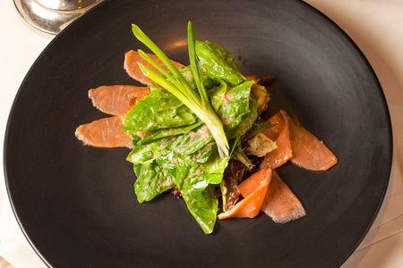 Салат из семги слабой соли с хрустящими драниками и соусом из черемши