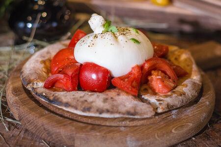 Фокачча с Бурратой и томатами