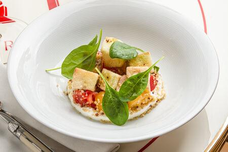 Салат с хрустящим баклажаном и козьим сыром