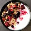 Фото к позиции меню Гранола с натуральным йогуртом и ягодами