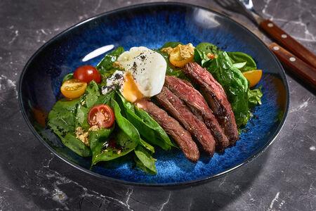 Фланк стейк со шпинатом и яйцом пашот