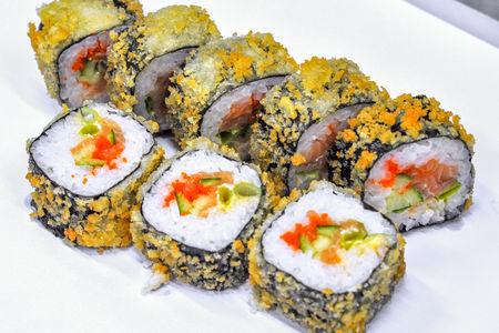 Темпура роллы с сёмгой и тобико