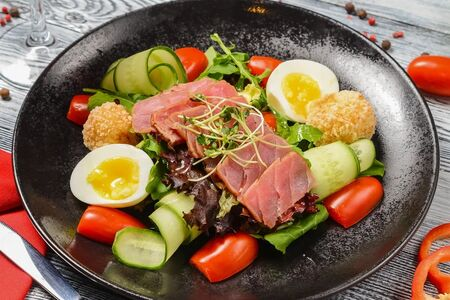 Салат с тунцом с печеным картофелем и яйцом