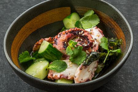 Салат с осьминогом и водорослями вакаме