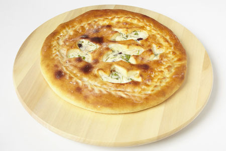 Пирог с фасолью, зеленью, сыром и курицей