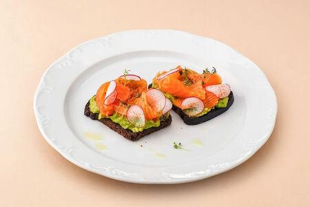 Ржаные тосты с лососем и авокадо