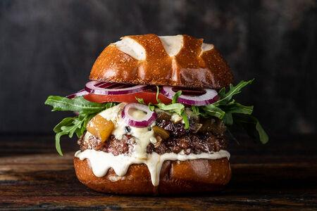 Бургер с голубым сыром и грушевым чатни
