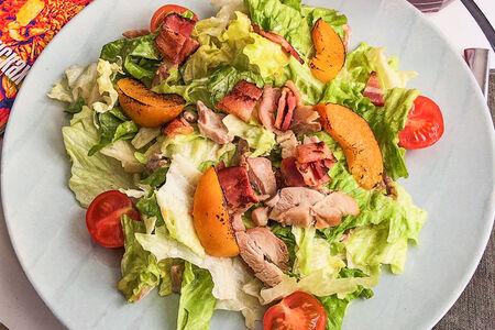 Салат с копченой курицей и персиком на гриле