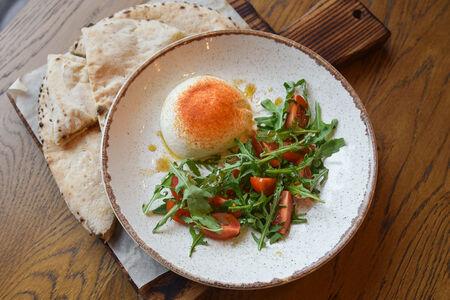 Сыр буратта с рукколой и томатами черри