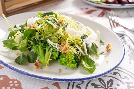 Салат с брокколи, авокадо, корнем фенхеля, грецкими орехами и миксом салата