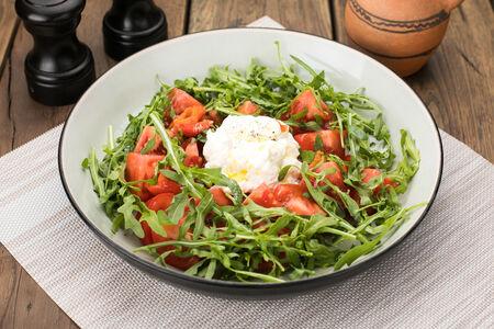 Салат с томатами и сыром страчателла