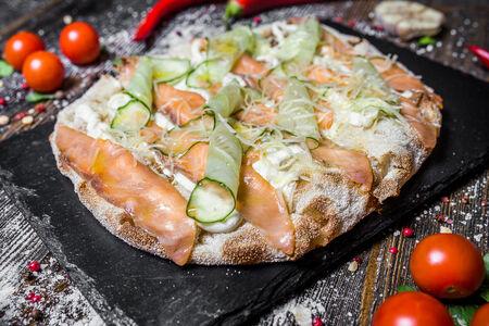 Римская пицца с лососем и сыром