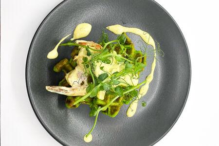 Шпинатная вафля с креветками и брокколи