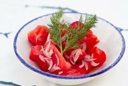 Курортный салат из помидоров с крымским луком