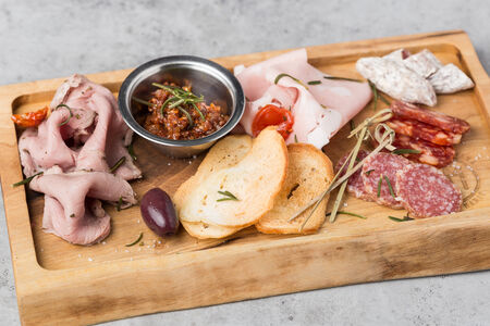 Тарелка с мясными деликатесами