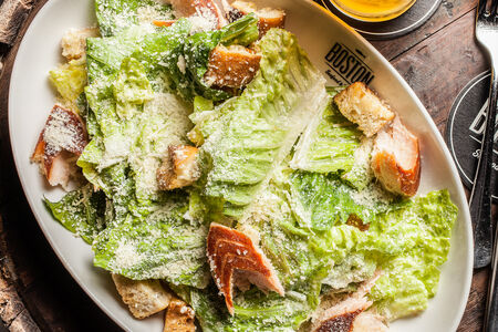 Салат Цезарь с лососем горячего копчения