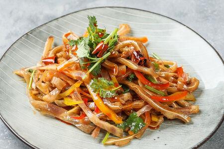 Салат со свиными ушками и овощами
