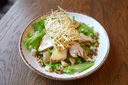 Салат с цыпленком и печеной грушей