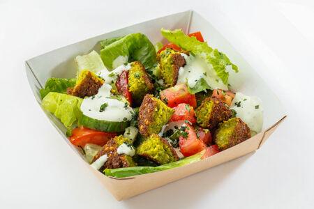 Салат с фалафелем