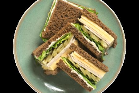 Клаб сэндвич с бужениной и маринованными огурцами