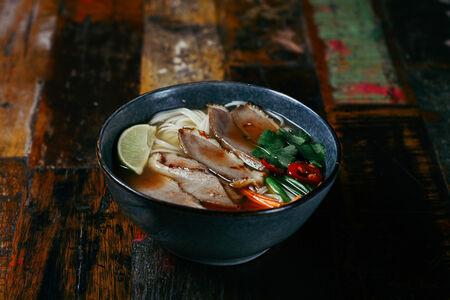 Гонконгский суп с лапшой и печеной уткой
