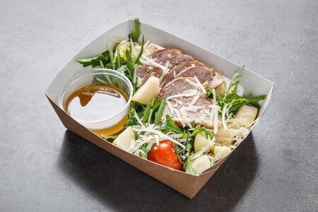 Салат с рукколой и уткой