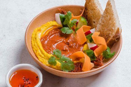 Хумус с овощами и соусом из печеного перца