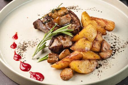 Стейк из оленины с картофелем и белыми грибами