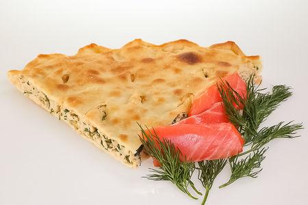 Пирог с лососем и зеленью