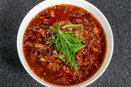 Ломтики говядины с овощами в красном масле-бульоне чили