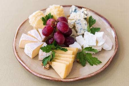 Блюдо из сыров разных иностранных
