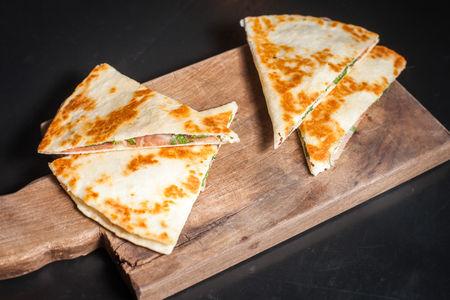 Теплая лепешка с рукколой, сыром и прошутто