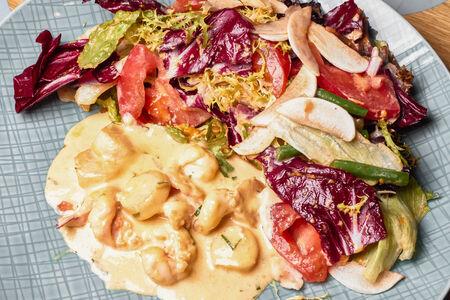 Салат с гребешками и креветками