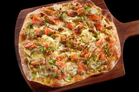 Пицца с подкопчённым лососем и хрустящими каперсами
