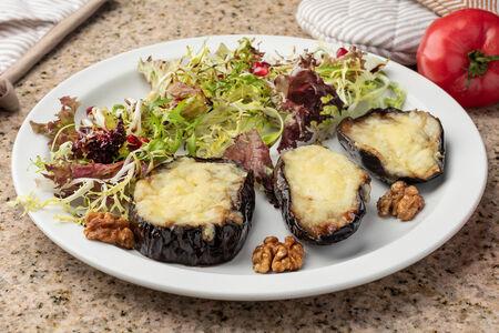 Запеченные баклажаны с сыром и пряными грецкими орехами