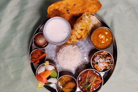 Вегетарианский тхали с индийским сыром