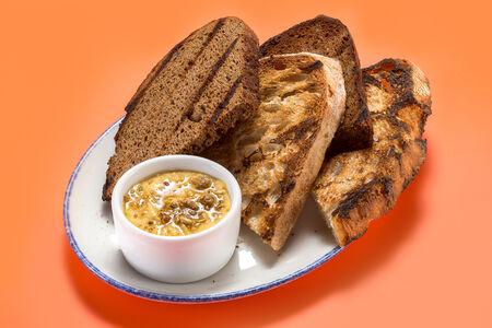Хлеб и перечный хумус