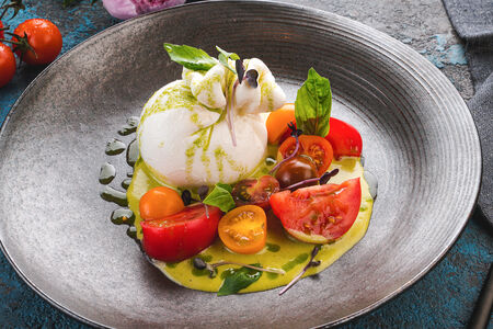 Буррата с томатами и пестрагоном