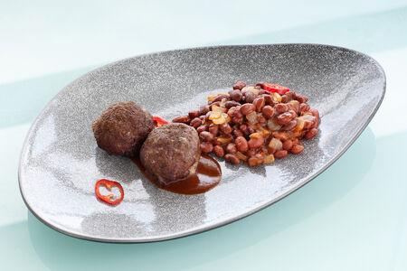 Митболы из говядины с фасолью Барбекю