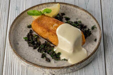 Стейк из лосося с тапенадой из маслин и голландским соусом