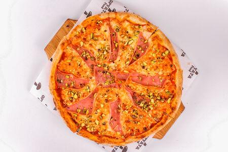 Пицца с ветчиной и фисташками