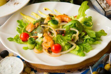 Салат с морепродуктами по-гречески