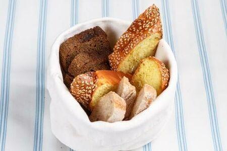 Хлеб разный: хала, ржаной, пресный пшеничный
