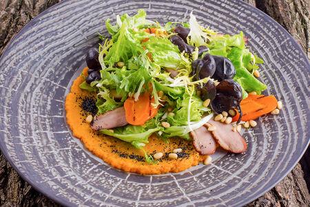 Теплый салат из копченого филе утки