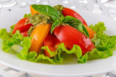 Салат из сезонных томатов под соусом Песто