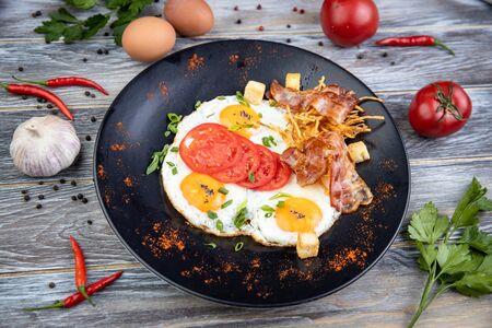 Яичница из фермерских яиц с беконом и гренками