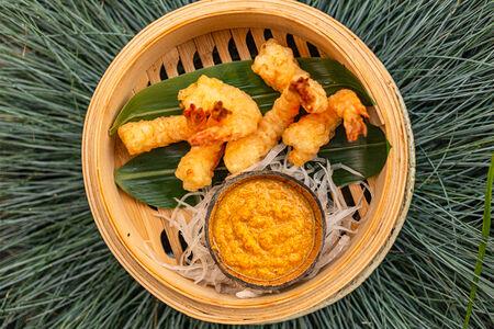 Хрустящие тигровые креветки в соусе кокосовый карри
