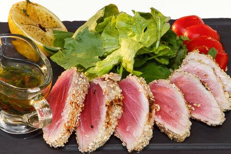 Филе тунца с бакинскими томатами и микс салата