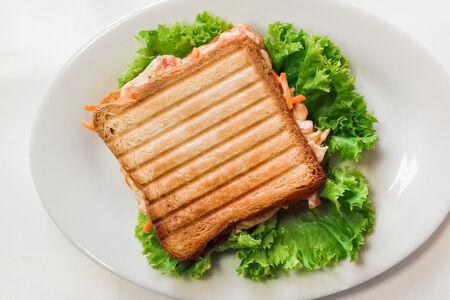 Сэндвич с курицей и морковью по-корейски